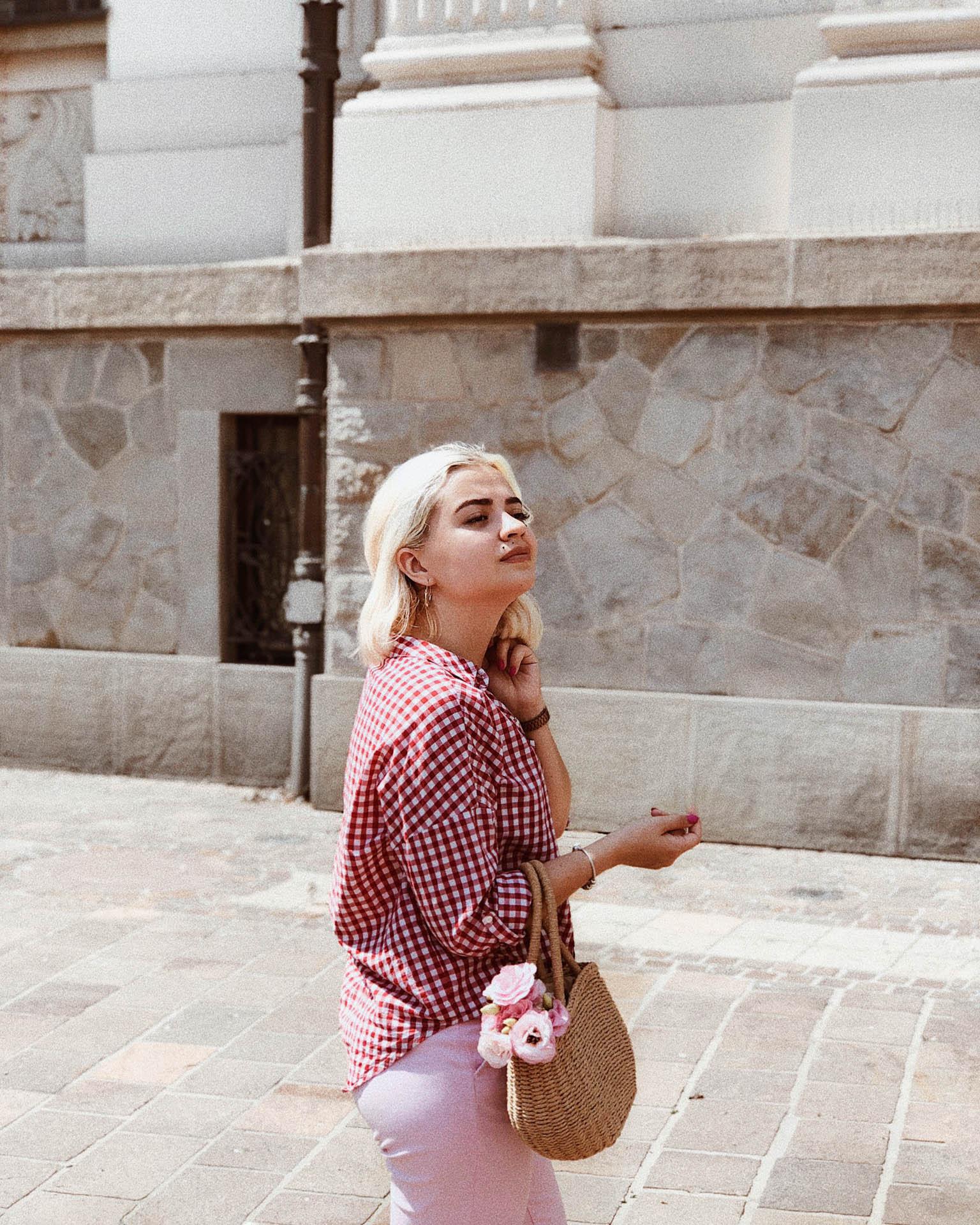 czerwona kratka vichy i różowe spodnie outfit stylizacja