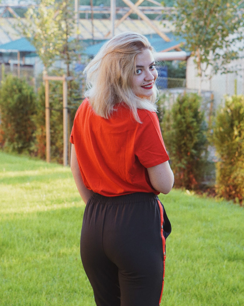 jak spelniam marzenia lena wisher czerwona koszulka spodnie z lampasami